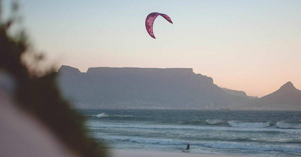 kitesurfeur avec un vent idéal pour apprendre le kitesurf
